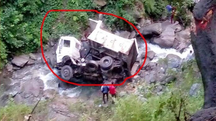 Tipper full of sand uncontrollably rolled into the ditch in chamba