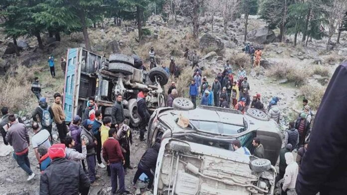 truck hits 2 cars Solannala in Manali
